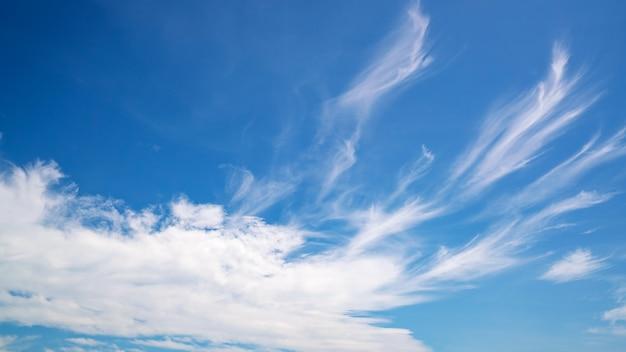 Sfondo del cielo blu con nuvole bianche ambiente naturale e sfondo della natura.