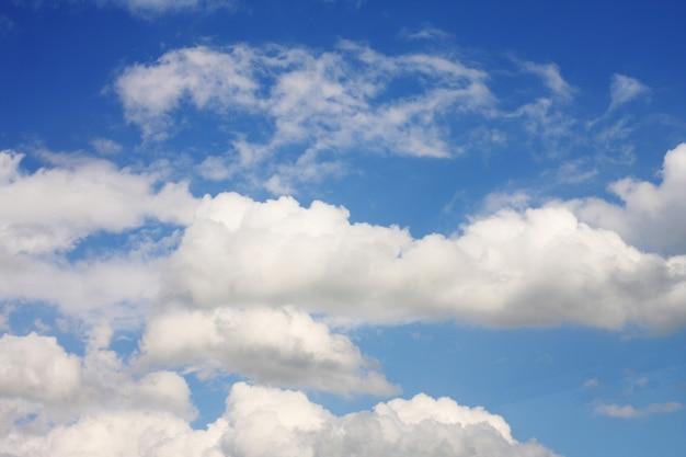 Sfondo azzurro del cielo con nuvole bianche, giorno d'estate