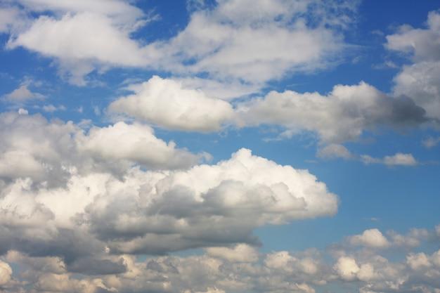 Sfondo del cielo blu con nuvole bianche white