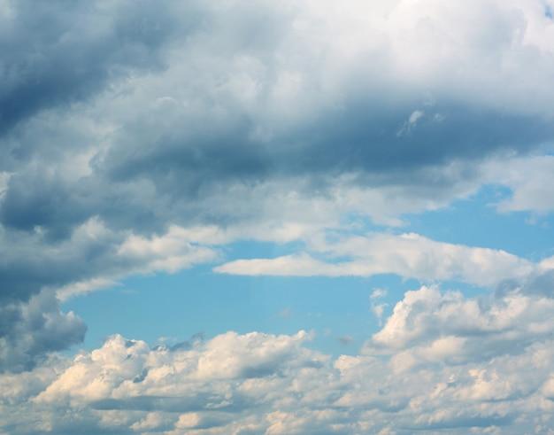 Sfondo del cielo azzurro con nuvole bianche