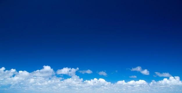 Sfondo del cielo blu con nuvole bianche