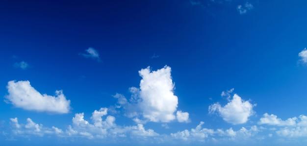 Sfondo azzurro del cielo con nuvole bianche