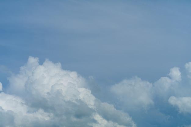 Sfondo azzurro del cielo con soffici nuvole bianche - immagine