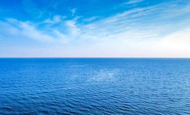 Cielo blu e sfondo astratto naturale del mare blu