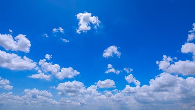 Cielo blu in una limpida giornata di sole con nuvole bianche.