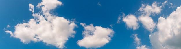 Cielo azzurro e soffici nuvole bianche.