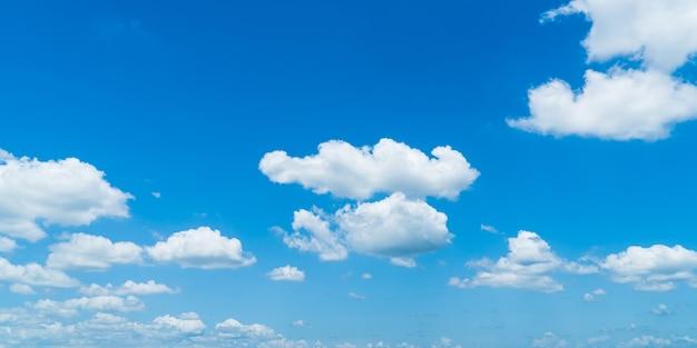 Cielo azzurro nuvole bianche