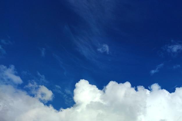 Cielo azzurro con belle nuvole di volume in un sottoscocca. per qualsiasi scopo.