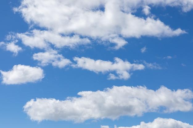 Cielo blu con belle nubi cumuliformi