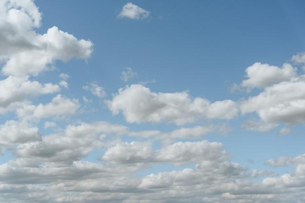 Cielo blu con nuvole bianche belle e soffici