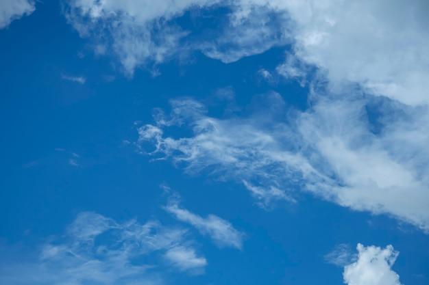 Cielo azzurro con bellissime nuvole di pioggia bianche naturali