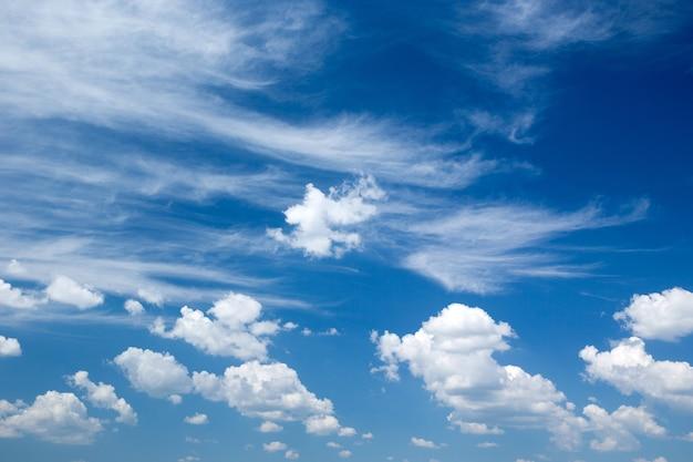 Cielo blu con il primo piano della nuvola