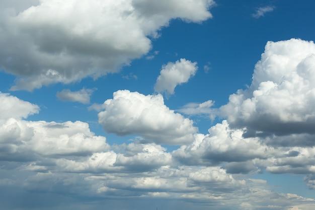 Cielo blu con nuvole, sfondo del cielo. aria