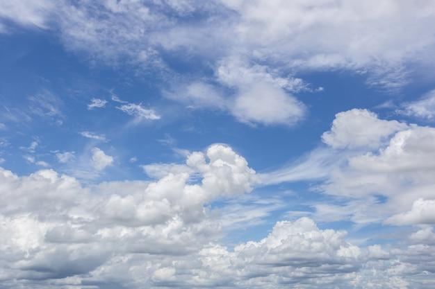 Cielo blu con nuvole di sfondo