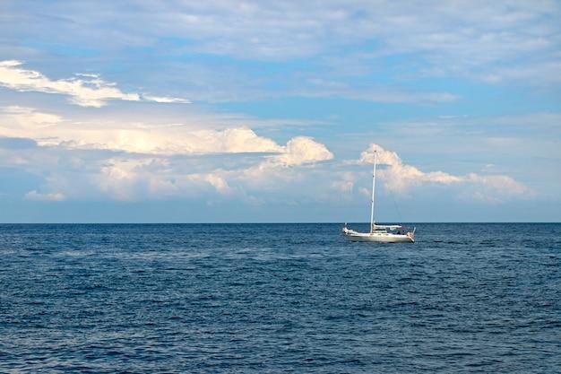 Cielo azzurro con nuvole e mare calmo