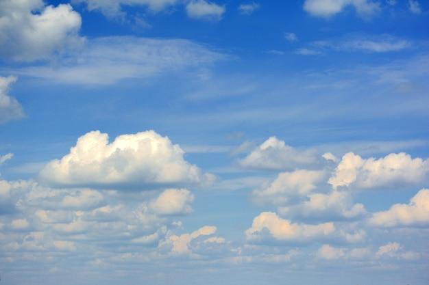Cielo blu con nuvole in primo piano