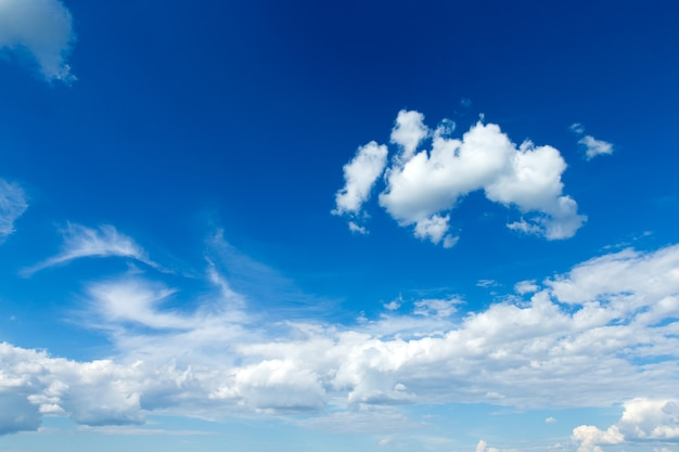 Cielo azzurro con nuvole. sfondo della natura