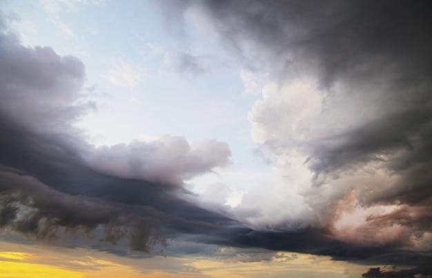 Cielo azzurro con nuvole e sole