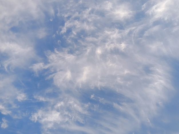 Cielo azzurro con nuvole e luce solare.