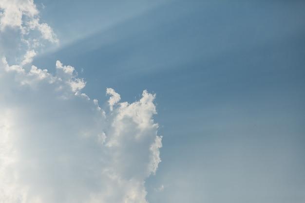 Cielo azzurro con nuvole.