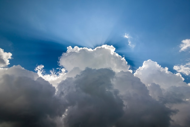 Cielo blu con le nuvole bianche gonfie nel chiaro giorno soleggiato luminoso