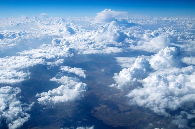 Cielo blu con nuvole minuscole, vista aerea