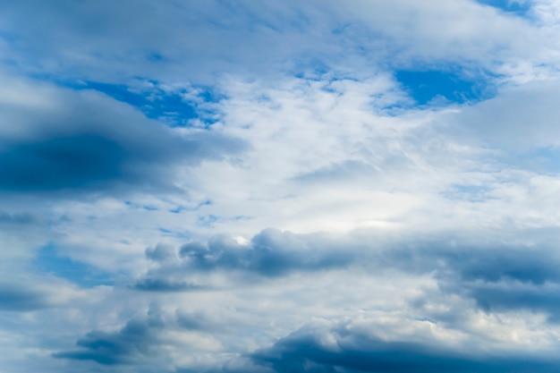 Cielo blu con natura nuvole di volume