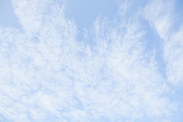 Cielo azzurro con nuvole bianche. bellissimo sfondo del cielo. giornata serena e bel tempo.