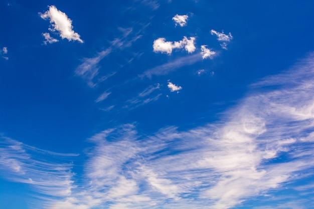 Cielo blu con nuvole bianche, giornata di sole nuvoloso