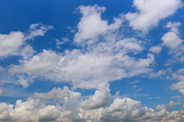 Cielo azzurro con nuvole bianche. natura sfondo cloudscape.