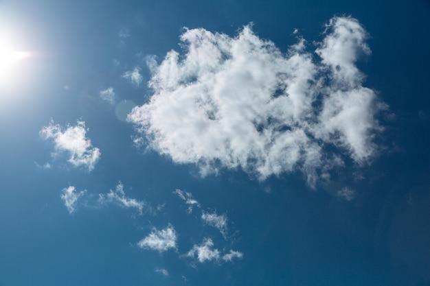 Cielo azzurro con nuvole bianche e sole. bellissimo sfondo naturale.