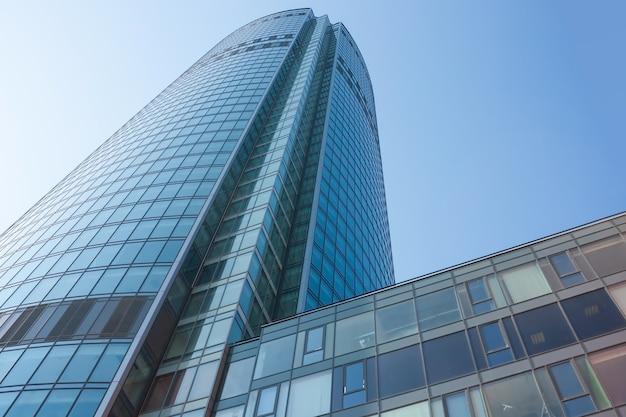 Facciata blu del grattacielo in centro