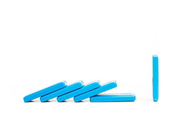 Custodie per smartphone blu su sfondo bianco