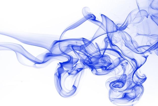 Estratto blu del fumo su priorità bassa bianca. colore dell'acqua dell'inchiostro