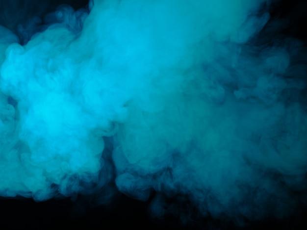 Fumo blu su sfondo nero