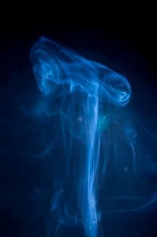 Fumo blu su sfondo nero.