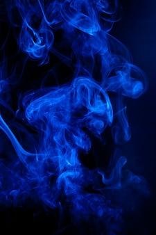 Movimento del fumo blu su sfondo nero.