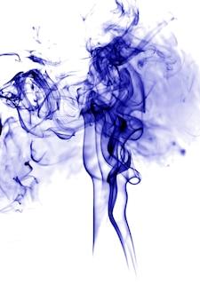 Fumo blu su sfondo bianco.