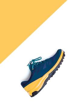 Scarpe da ginnastica blu su sfondo bianco isolato