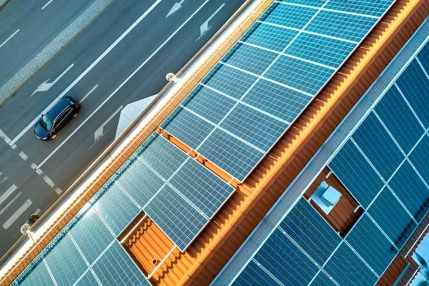 Sistema di pannelli fotovoltaici solari solari blu sull'appartamento Foto Premium