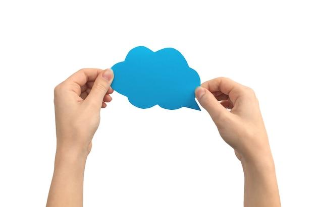 Fumetti blu in mani femminili, forma di nuvola, messaggio di testo mockup, isolato su uno sfondo bianco foto