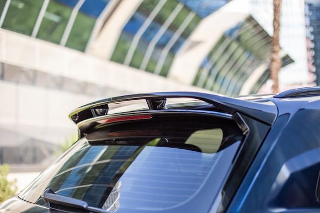 Vista blu della finestra del bagaglio posteriore della supercar sportiva