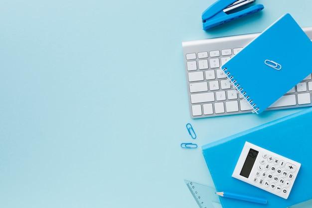 Spazio blu della copia della cancelleria e della tastiera