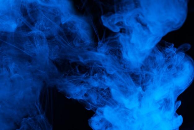 Vapore blu su sfondo nero. copia spazio.