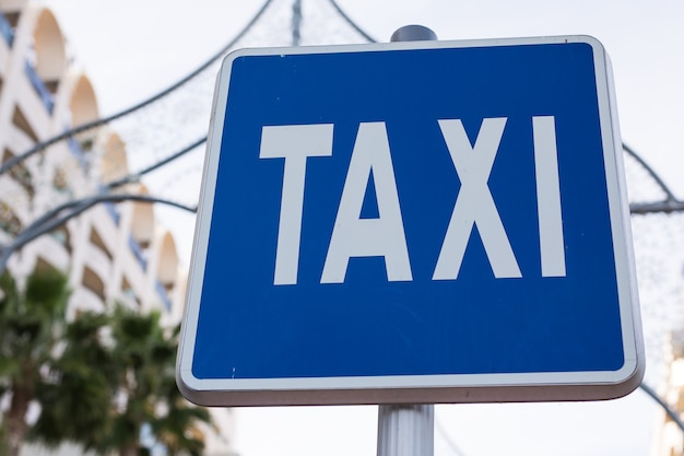 Segno di taxi blu nel centro della città
