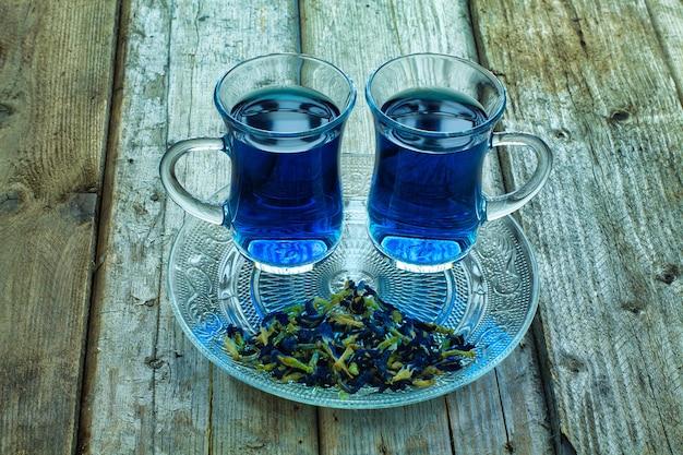 Tè tailandese blu su un legno