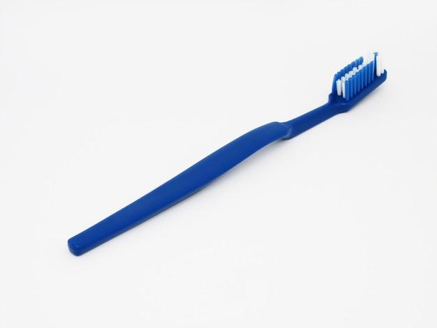 Spazzolino da denti blu isolato su uno sfondo bianco