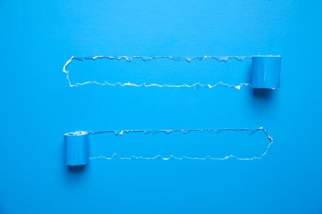 Carta strappata blu. concetto di affari