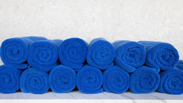 Rotolo di asciugamano blu sul tavolo