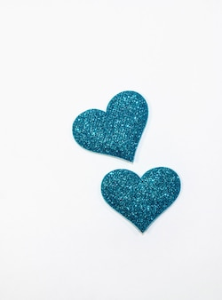 Cuori lucidi blu turchese per il giorno di san valentino isolato su priorità bassa bianca.